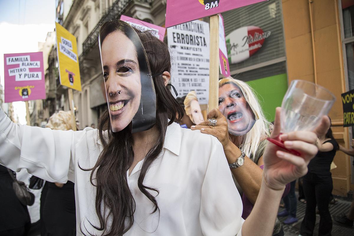 Performance realizada por grupo artístico en el marco de la Marcha Ni Una Menos